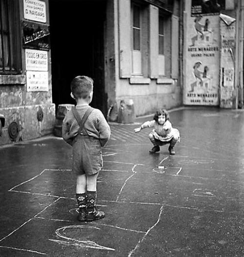 1203- enfants jouant ˆ la marelle dans la rue - Paris 1960 ©Photo BLONCOURT