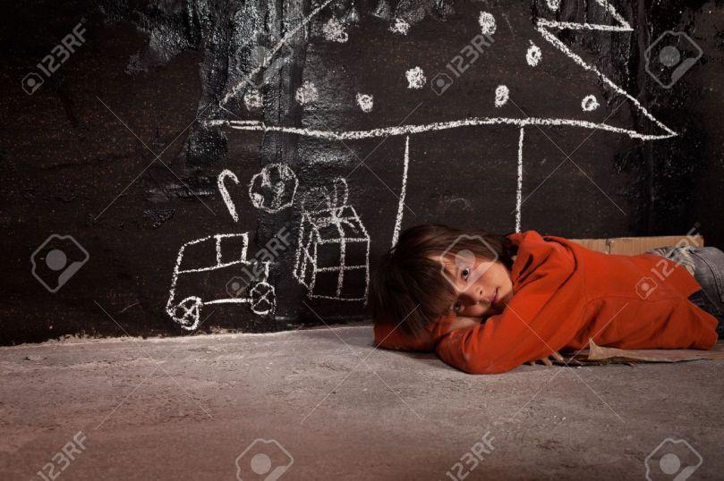 31858860-pauvre-gosse-sur-la-pensée-de-la-rue-de-cadeaux-de-noël-couché-sur-le-sol