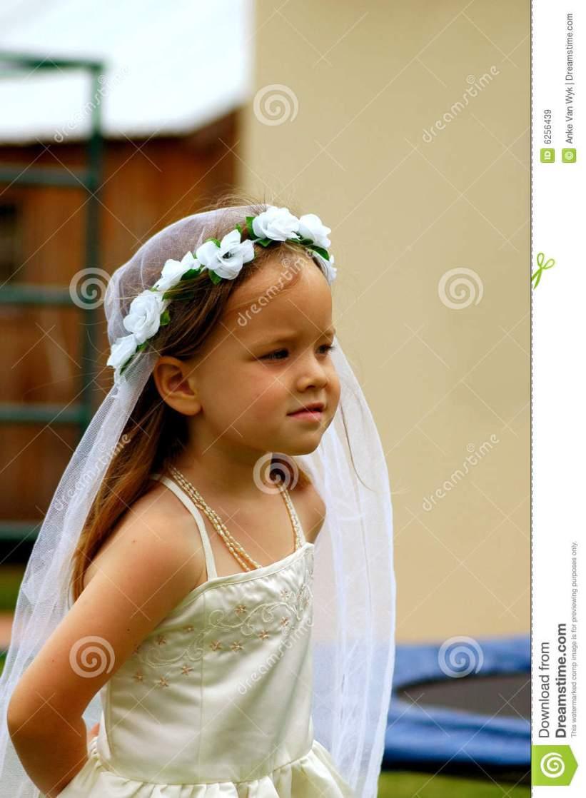 fille-jouant-la-mariée-6256439