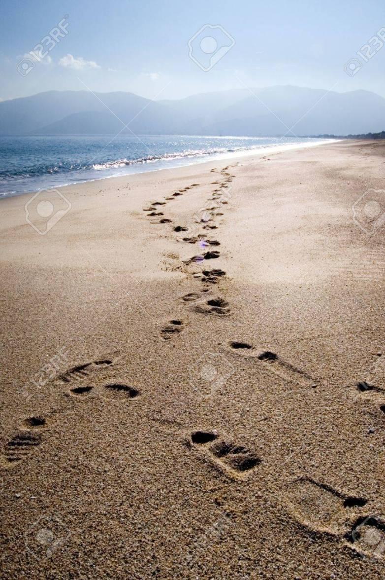 8565265-empreintes-de-pas-sur-le-sable-d-une-plage-déserte